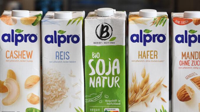 Es gibt mittlerweile zahlreiche pflanzliche Alternativen zur Kuhmilch. Welche Inhaltsstoffe zeigen die verschiedenen Getränke unter dem Rasterelektronenmikroskop, fragten sich Wissenschaftler der FH Münster und Journalisten von @beautyquarks.